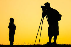 摄影师日出的射击照片剪影  免版税库存照片