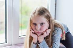 小女孩是在坏心情和恼怒 免版税库存照片