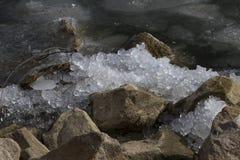 在岩石击碎的冰 免版税库存照片