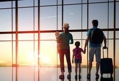 有孩子的家庭在机场 免版税图库摄影