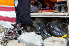 高山上升的山远征的成员使用的鞋类品种 库存照片
