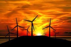 风轮机剪影在日落的 免版税库存图片