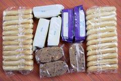Μεμονωμένες συσκευασίες των ελαφριών φραγμών και των μπισκότων πρόχειρων φαγητών Στοκ Εικόνες