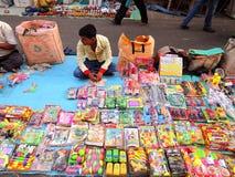 卖五颜六色的塑料玩具的摊贩 免版税库存照片