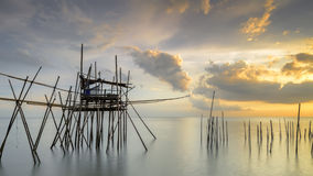 传统渔夫木材和竹子跳船的图象叫作 免版税库存照片