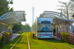 Зеленая энергосберегающая автобусная станция (городская система общественного транспорта) Стоковая Фотография RF