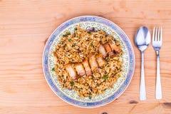 Взгляд верхнего угла на очень вкусных китайских пряных жареных рисах с свининой жаркого на плите Стоковая Фотография RF
