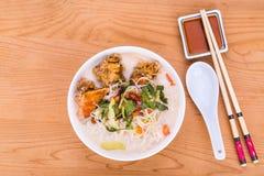 米细面条油煎了鱼顶头汤面,在马来人的纤巧 免版税库存照片