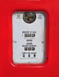 葡萄酒(减速火箭的)红色加油泵 库存照片