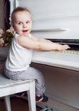 婴孩钢琴使用 图库摄影