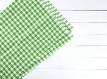 在白色木桌上的绿色桌布 免版税图库摄影