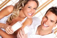 夫妇饮用奶 免版税库存照片
