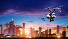 寄生虫在现代城市上的剪影飞行 免版税图库摄影