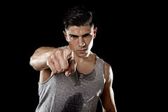 Тело молодого привлекательного человека спорта большое сильное атлетическое указывая внутри соединяет мою концепцию спортзала фит Стоковая Фотография RF
