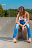 女孩等待伴生的汽车 图库摄影