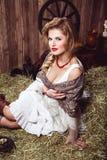 有猪尾的美丽的少妇在土气样式 免版税图库摄影