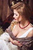 有猪尾的年轻俏丽的妇女在土气样式 免版税库存照片