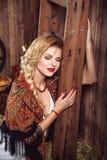 有红色嘴唇的年轻白肤金发的妇女在土气样式 免版税图库摄影