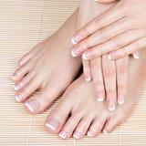 在温泉沙龙的女性脚在修脚和修指甲做法 图库摄影