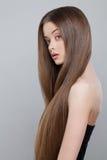 Милая женщина с длинными здоровыми волосами Стоковая Фотография