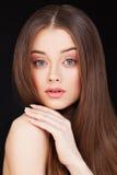Милая женщина с длинными здоровыми волосами Стоковые Фото