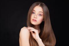 женщина красивейших коричневых волос длинняя Стоковое Изображение