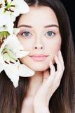 Портрет здоровой женщины с лилией Стоковое Фото