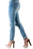 Женщина в пятках и джинсах горячего пинка высоких Стоковое Изображение RF