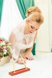 Νύφη και νεόνυμφος που υπογράφουν την άδεια γάμου ή τη γαμήλια σύμβαση Στοκ εικόνα με δικαίωμα ελεύθερης χρήσης