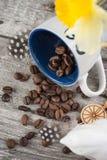 与空的蓝色咖啡杯和豆的背景 免版税库存照片