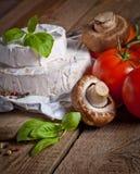 Сыр на старой деревянной предпосылке Стоковая Фотография RF
