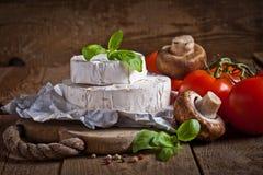 Сыр на старой деревянной предпосылке Стоковые Изображения RF