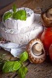 Сыр на старой деревянной предпосылке Стоковые Изображения