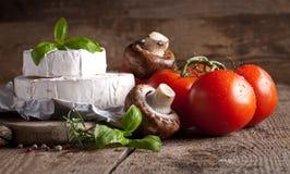 Сыр на старой деревянной предпосылке Стоковое Изображение RF