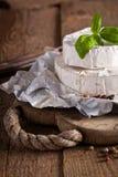 Сыр на старой деревянной предпосылке Стоковые Фото