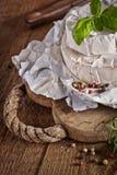 Сыр на старой деревянной предпосылке Стоковые Фотографии RF