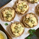Ψημένο σάντουιτς ζαμπόν, ελιών και τυριών Στοκ φωτογραφία με δικαίωμα ελεύθερης χρήσης