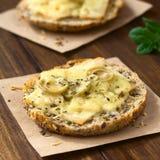 Ψημένο σάντουιτς ζαμπόν, ελιών και τυριών Στοκ Φωτογραφία