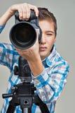 有拍照片的照相机的男孩 免版税库存图片