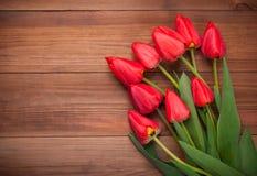 红色郁金香花束在木背景的 库存图片