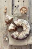 Σπιτική πίτα με τα καρύδια, τους σπόρους παπαρουνών και τα μήλα Στοκ εικόνα με δικαίωμα ελεύθερης χρήσης