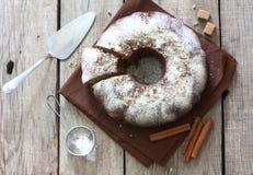 Σπιτική πίτα με τα καρύδια, τους σπόρους παπαρουνών και τα μήλα Στοκ φωτογραφία με δικαίωμα ελεύθερης χρήσης