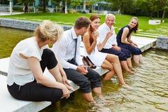 企业队在冷却他们的脚的夏天 免版税库存图片
