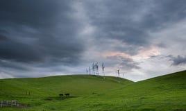 Ανεμόμυλοι, κυλώντας λόφοι και σκηνή αγροκτημάτων την άνοιξη, Καλιφόρνια Στοκ Εικόνες