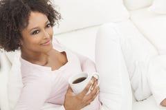 混合的族种非裔美国人的少妇饮用的咖啡茶 库存照片