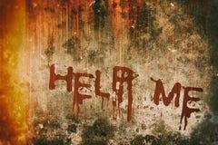 恐怖罪行概念 在血淋淋的背景墙壁上的帮助消息 免版税图库摄影