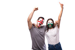 英国对白色背景的威尔士 国家队的足球迷庆祝,跳舞并且尖叫 库存照片