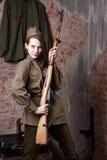 Γυναίκα στη ρωσική στρατιωτική στολή με το τουφέκι Θηλυκός στρατιώτης κατά τη διάρκεια του δεύτερου παγκόσμιου πολέμου Στοκ Εικόνες
