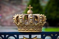 Χρυσό διακοσμητικό στοιχείο κορωνών στο φράκτη Στοκ Φωτογραφίες