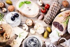 Прекрасный выбор сухого мяса, сосисок и французского сыра Стоковые Изображения RF